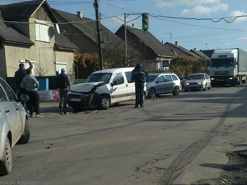 У Буштині зіткнулись легковик та вантажівка
