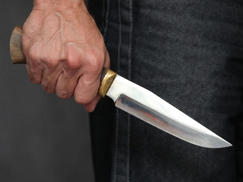 Патрульні Мукачева затримали чоловіка, який з ножем у руках намагався увірватись у будинок жінки