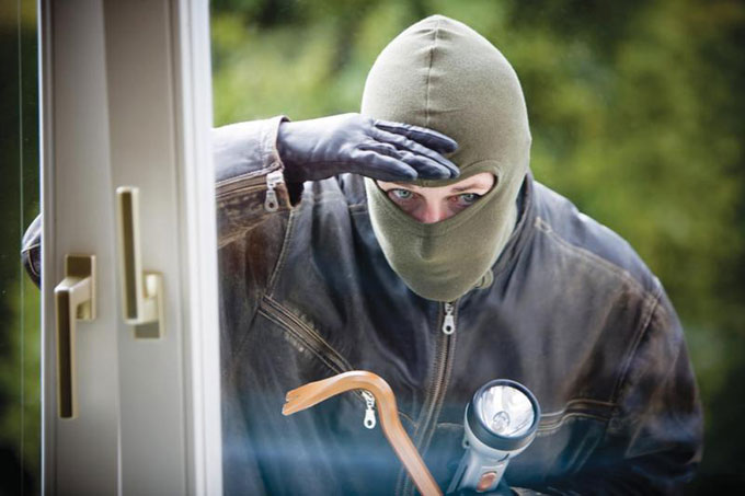 У Мукачеві наркоман намагався проникнути у помешкання жінки
