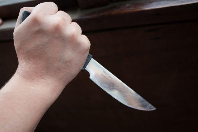 Патрульні опублікували відео затримання чоловіка, який з ножем у руках намагався проникнути у будинок мукачівки