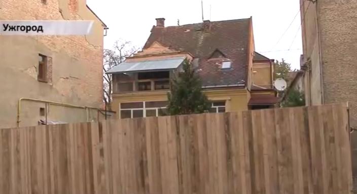"""Посеред тротуару на вулиці Духновича в Ужгороді """"виріс"""" паркан. Огорожа повністю перекрила прохід"""
