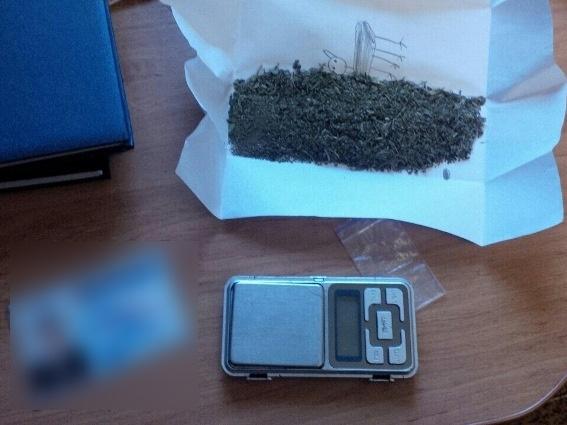 23-річний хлопець разом зі своєю співмешканкою зберігали в орендованій квартирі марихуану
