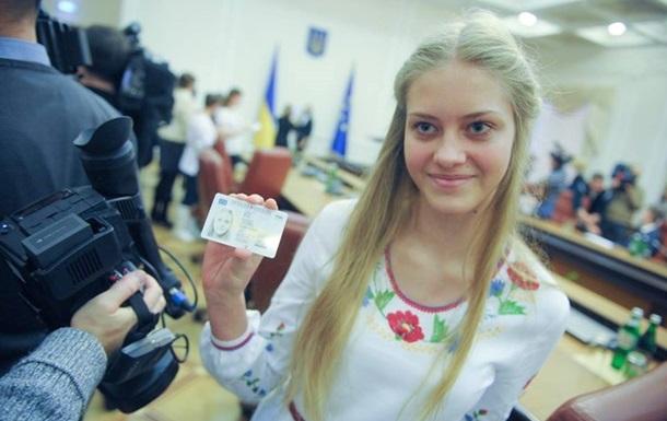 В Ужгороді нові ID-паспорти видають лише 16-річним громадянам. Старшим потрібно трохи почекати