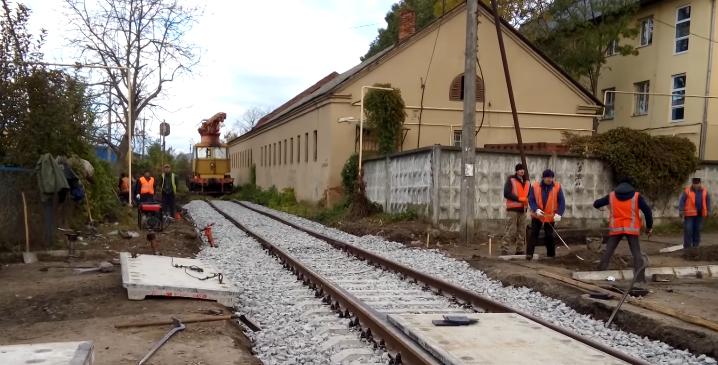 Через перекриття залізничного переїзду в Ужгороді утворились чималі затори