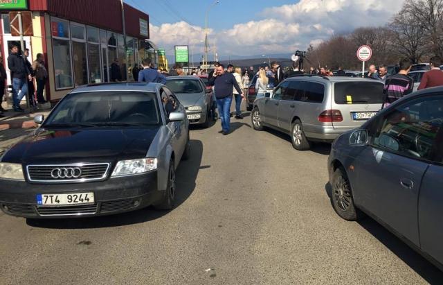 """Власники авто з іноземними номерами погрожують 12 листопада влаштувати акцію непокори на КПП """"Ужгород"""""""