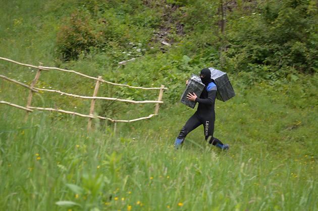 Закарпатські та румунські прикордонники затримали двох водолазів-контрабандистів