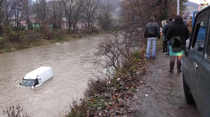 У Рахові мікроавтобус злетів у річку: водій у дуже тяжкому стані