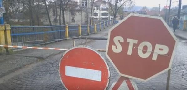 Пошкоджений через стихію міст у Сваляві перекрили бетонними блоками на невизначений термін