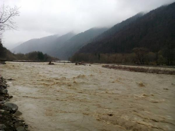 В Усть-Чорній,що на Тячівщині, повноводна річка Тересва вийшла з русла