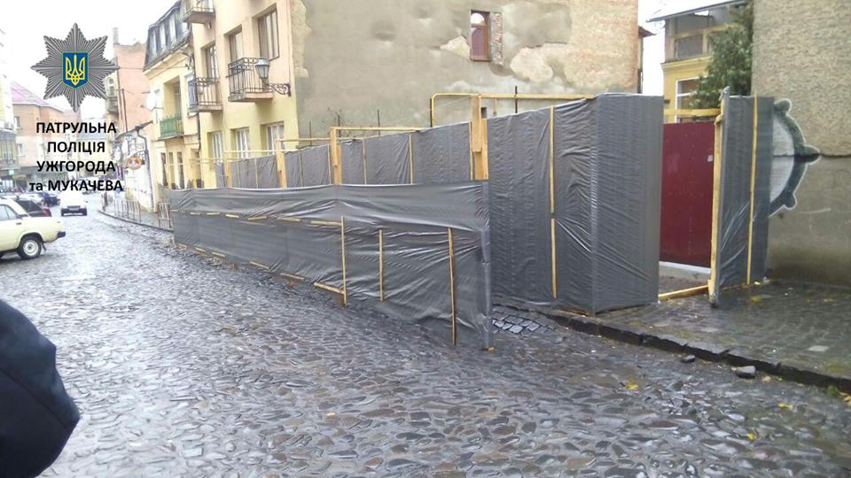 В Ужгороді патрульні склали постанову на посадовця за будівництво на вулиці Духновича