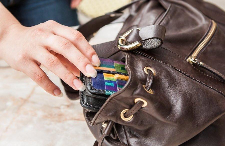 Неповнолітній хлопець вечорами нападав на перехожих жінок і відбирав від них сумочки