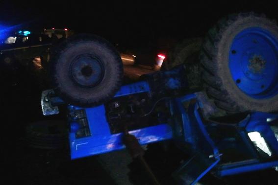 """Поліція розповіла деталі ДТП, поблизу ресторану """"Короп"""", внаслідок якого трактор і мікроавтобус опинились в кюветі"""