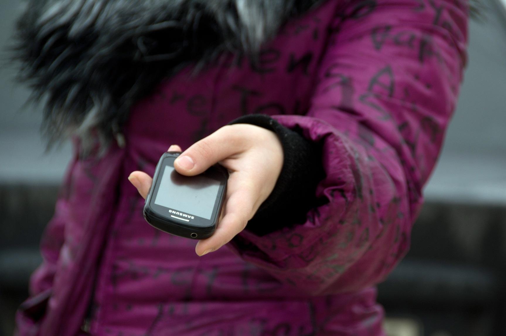 У Мукачеві в парку юнак вирвав з рук дівчини мобільний телефон і втік