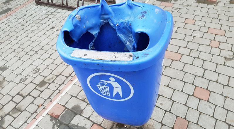 Через курців в Ужгороді потерпають пластикові сміттєві баки