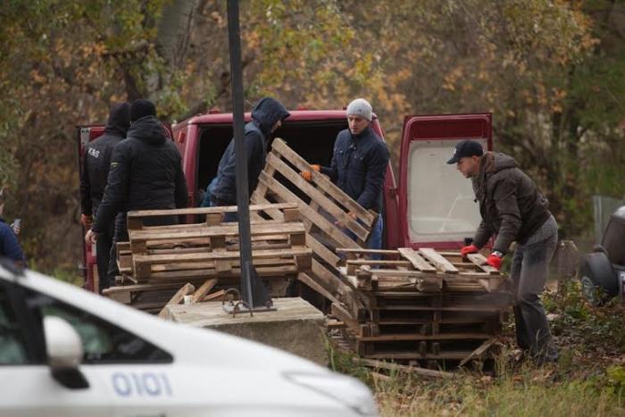 """В Ужгороді біля словацького кордону """"пересічники"""" протестують: до митного посту звозять дерев'яні піддони"""