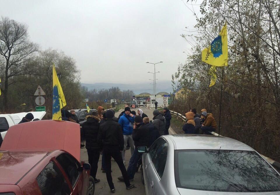 """Автоактивісти заблокували рух на КПП """"Солотвино"""" на Тячівщині"""