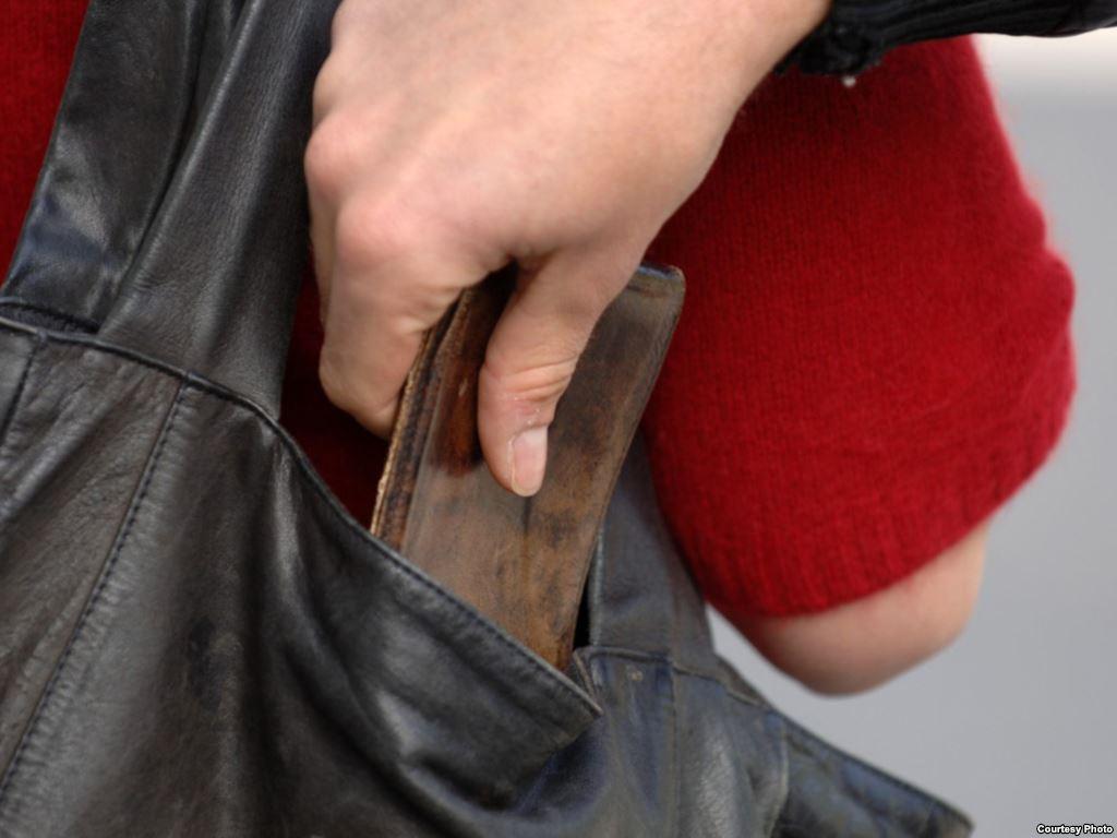 Житель Мукачівщини вкрав у берегівчанина гаманець з гривнями та форинтами