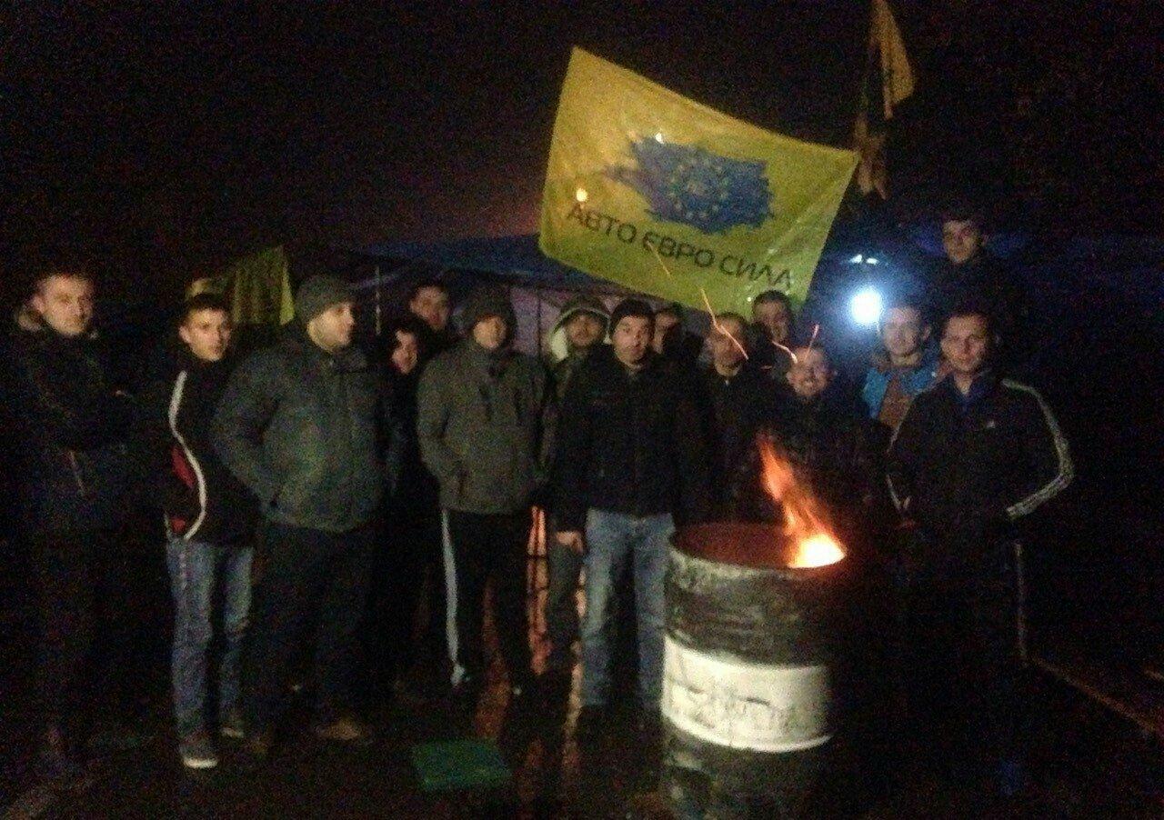 """У Солотвині """"пересічники"""" продовжують блокувати рух до румунського кордону"""