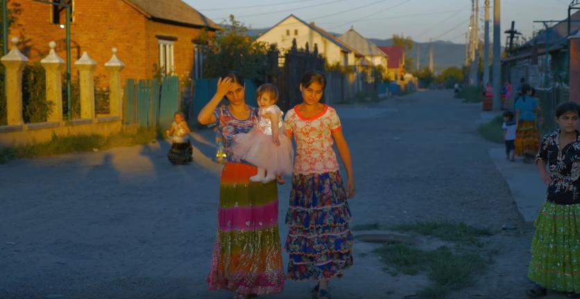 """""""Ukraїner"""" розповів про найстарішу пару в Берегові та показав ромський табір у Королеві"""