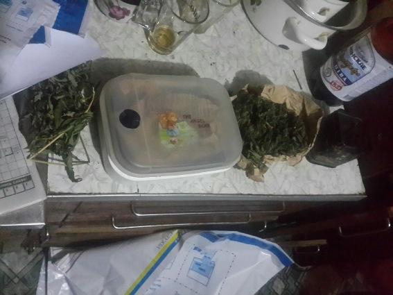 Під час обшуку поліція вилучила майже кілограм марихуани