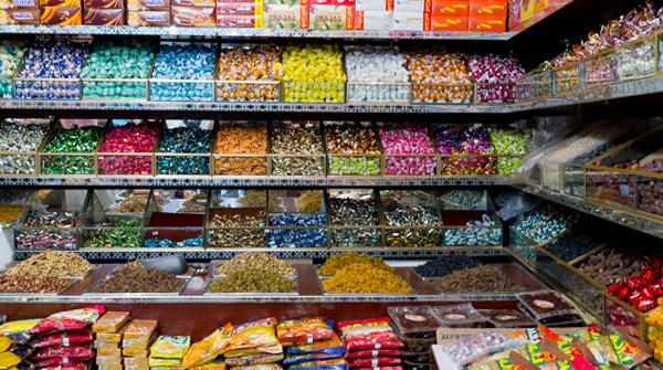 Двоє неповнолітніх ужгородців винесли з місцевого магазину солодощів на 300 гривень