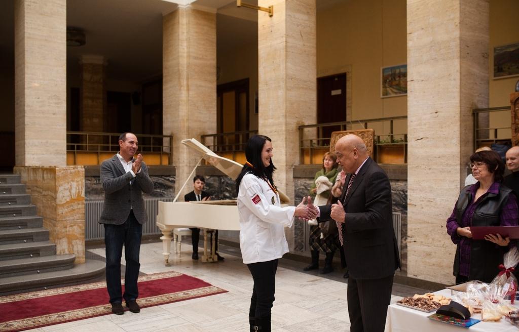 """В Ужгороді нагородили закарпатку, яка здобула """"срібло"""" на кулінарній Олімпіаді у Німеччині"""