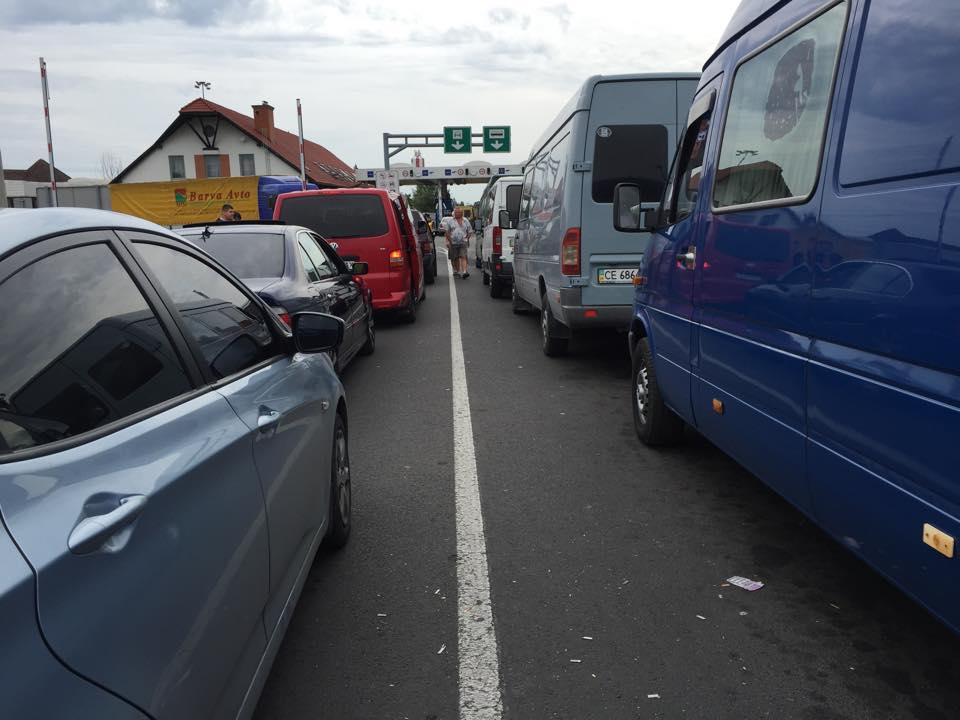 """Через блокування руху на КПП """"Ужгород"""" спостерігаються черги на україно-угорському кордоні"""