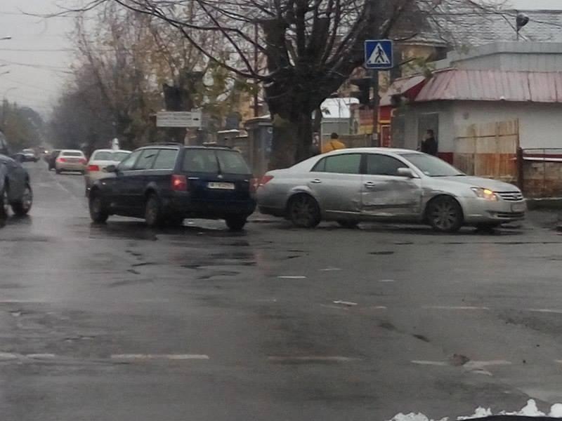 """В Ужгороді не розминулись """"Тойота"""" та """"Фольксваген"""""""