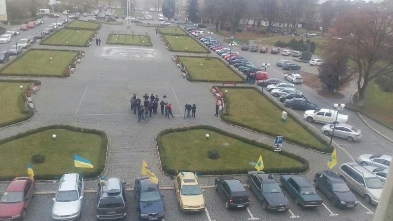 """На обіцяний """"великий"""" протест """"пересічників"""", практично, ніхто не приїхав: під ОДА всього кілька автівок"""