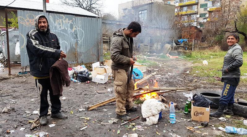 Життя на смітнику: як ужгородські безхатьки заробляють та годують себе