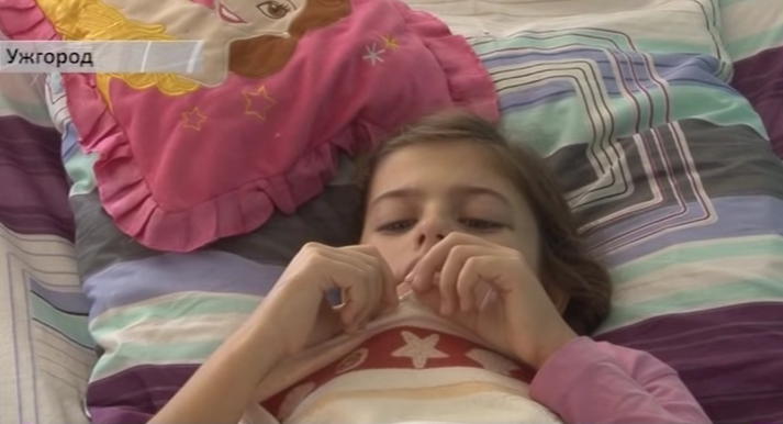 Дівчинка, яку в Ужгороді скалічило дерево, досі у важкому стані