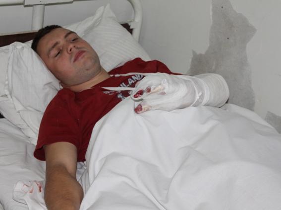 На поліцейського з Рахівщини, якого поранив нетверезий чоловік, чекає складна операція