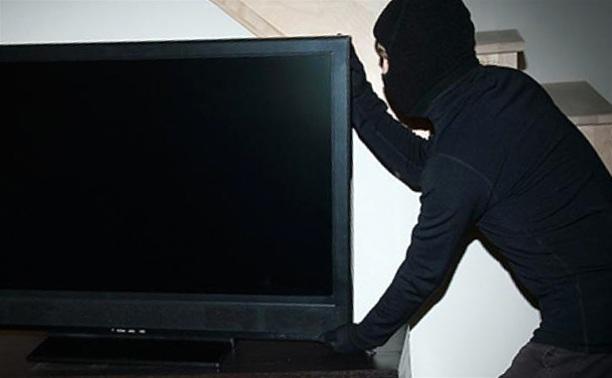 Ужгородець виніс із чужої квартири телевізор, але попався поліцейським