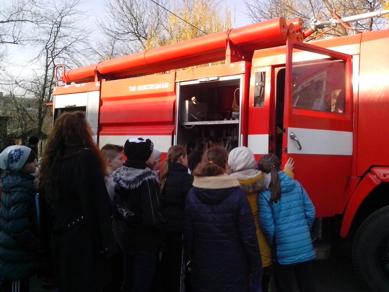 Виноградівські рятувальники вчили школярів безпеки поведінки та гасінню умовної пожежі