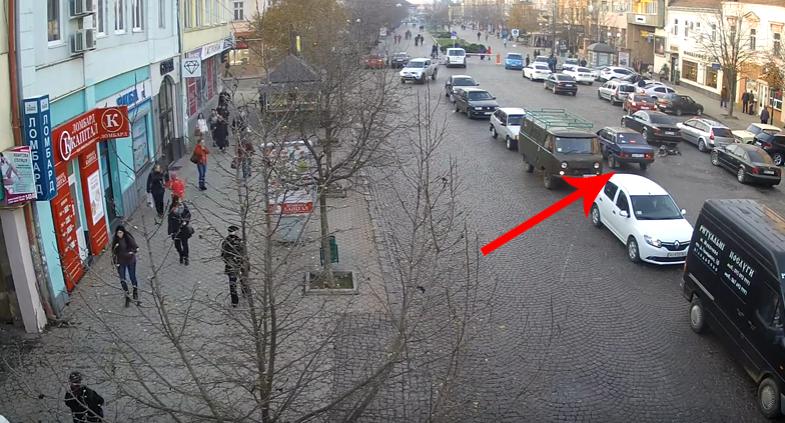 У мережі оприлюднили відео, як школяр у центрі Мукачева потрапив під колеса автівки