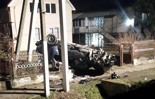 На Ужгородщині сталась ДТП: автомобіль влетів в огорожу