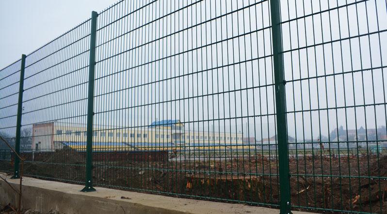 Навколо стадіону у Хусті поставили новий паркан