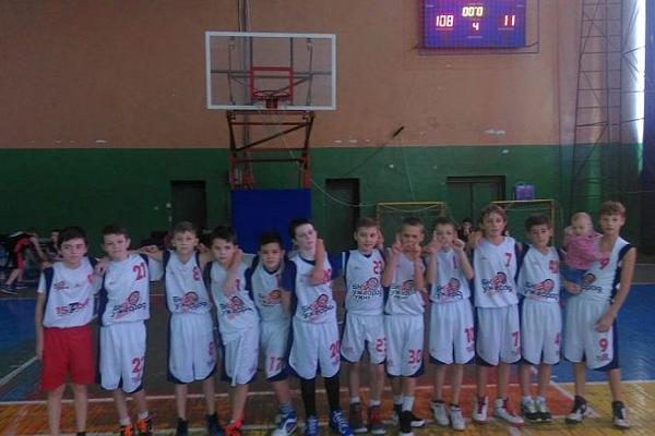Юні ужгородські баскетболісти феєрично перемогли своїх однолітків
