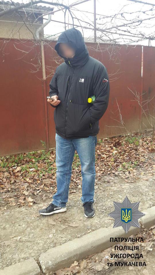 В Ужгороді патрульним вдалося затримати одного з підозрюваних у спробі квартирної крадіжки