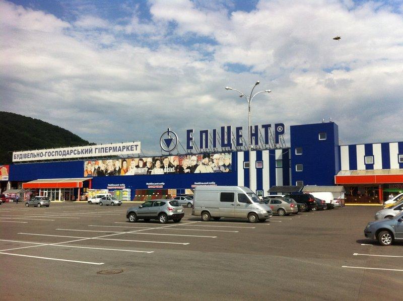 """На парковці біля """"Епіцентру"""" в Мукачеві помітили людей в масках"""