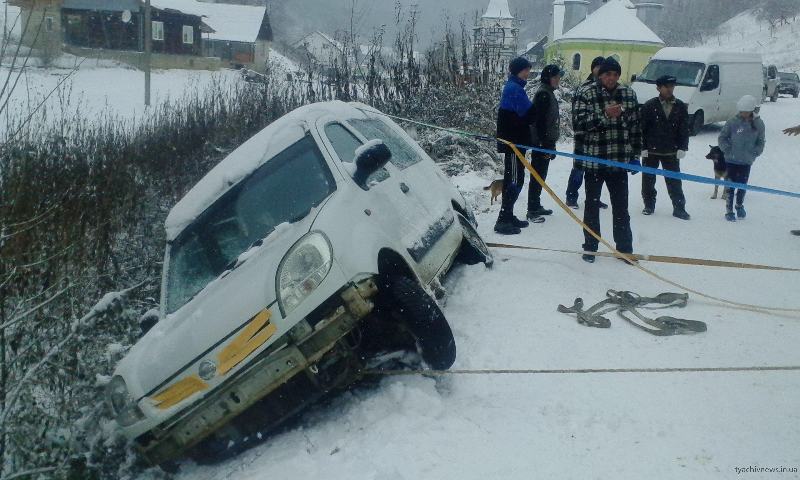 На Тячівщині автівка з чотирма пасажирами вилетіла у кювет