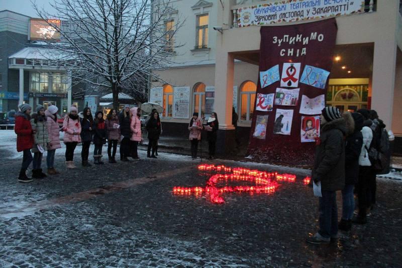 Мукачівські школярі організували флешмоб з нагоди Міжнародного дня боротьби зі СНІДом