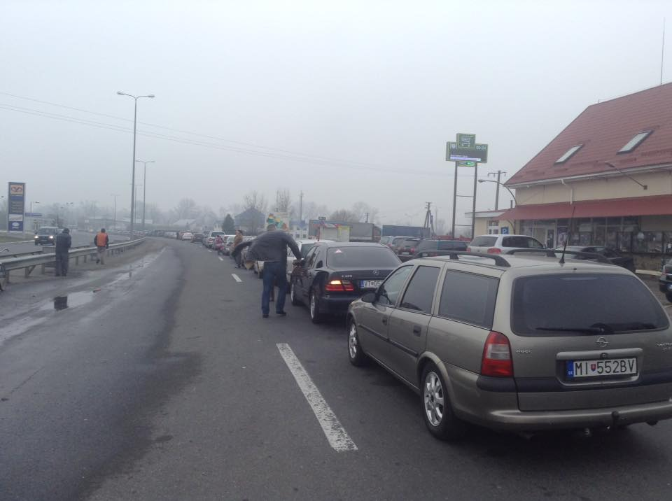 """На КПП """"Тиса"""", що на україно-угорському кордоні утворилась величезна черга"""