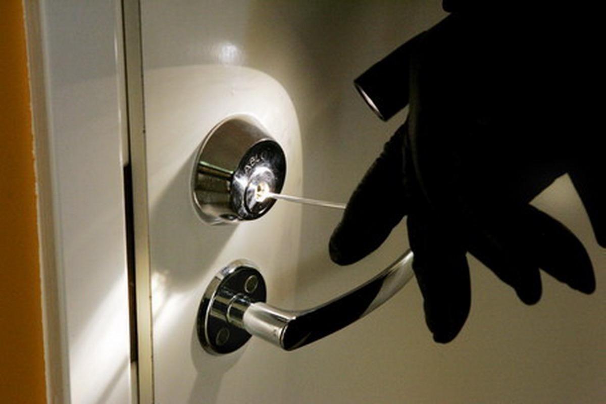 Поліцейські Ужгорода затримали чоловіка, який скоїв крадіжки у кількох квартирах міста