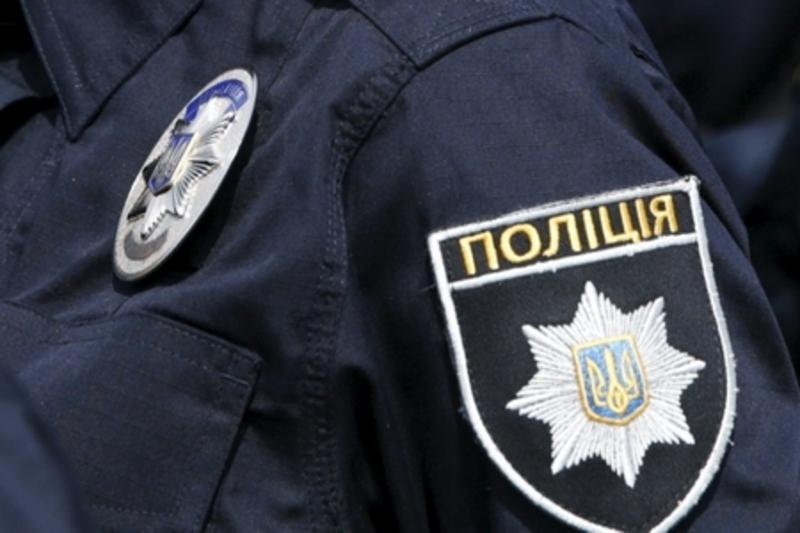 Патрульні поліцейські поспілкуються з читачами обласної бібліотеки
