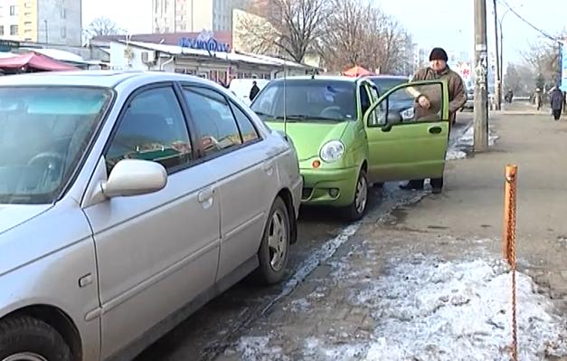 Вулиці, тротуари та газони Ужгорода перетворились на суцільну автостоянку