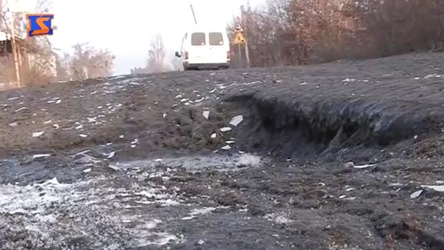 """Водії лютують через стан Пряшівської об'їзної у Мукачеві: суцільне бездоріжжя, яке """"гробить"""" автомобілі"""