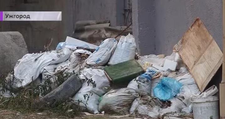 Купу сміття у центрі Ужгорода не можуть прибрати вже другий рік