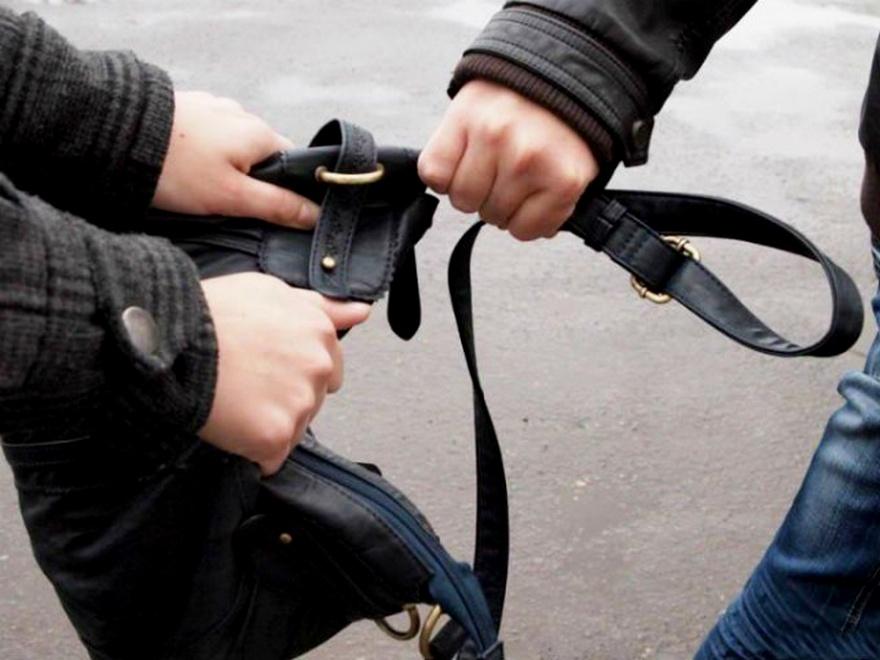 Двоє 18-річних хлопців напали на жінку й намагалися вирвати з її рук сумку