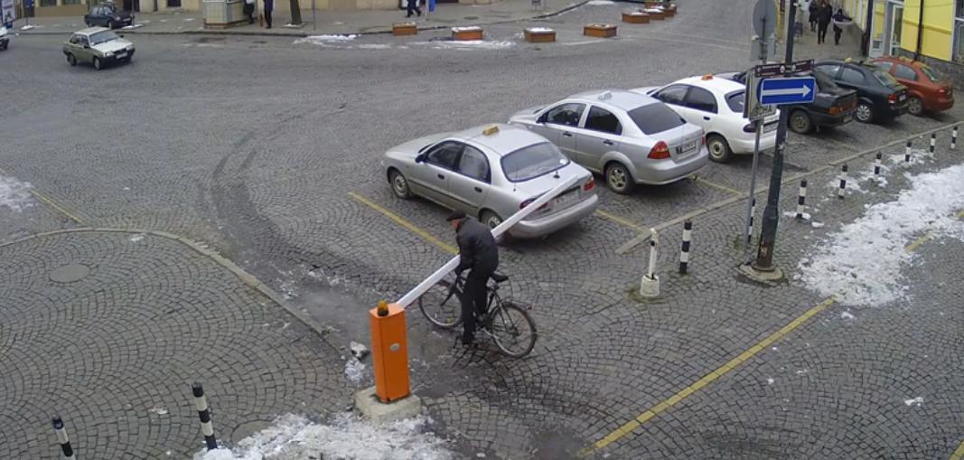 Курйозна пригода у Мукачеві: неуважний велосипедист зніс шлагбаум